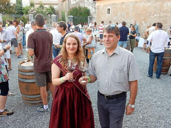 Kraljica Terana v družbi predsednika Društva vinogradnikov Krasa