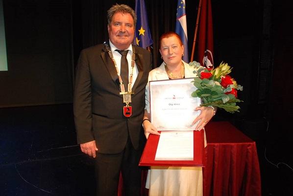 Olga Knez v družbi župana Davorina Terčona